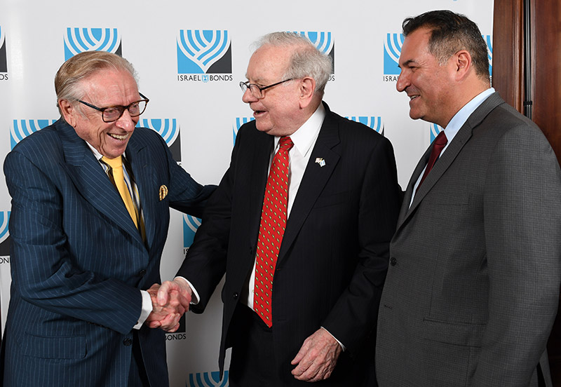 Israel Maimon (right) with famed investor Warren Buffett and prominent real estate developer Larry Silverstein at a June 2017 Israel Bonds dinner in New York. (Photo: Shahar Azran)