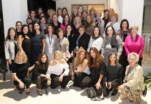 Shira Lewis entourée des participantes à la mission en Israël de la Division des femmes d'Israel Bonds en 2017, lors d'une réception chez Nathalie Mimoun, consule honoraire de France en Israël