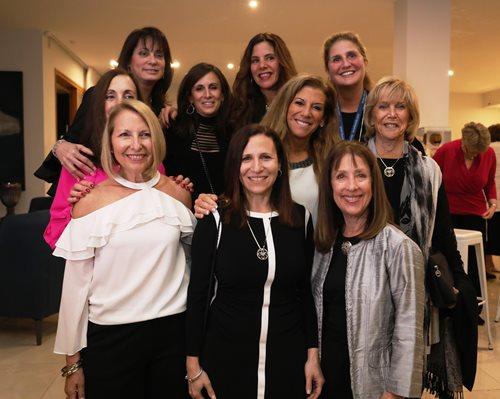 Shira Lewis (au centre), entourée des déléguées de la Division des femmes représentant le bureau d'Israel Bonds à Rockland County, NY