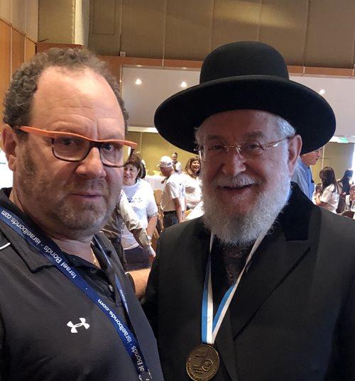 Le Dr Hutter et le rabbin Yisrael Meir Lau lors d'un déjeuner de Yom Ha'atzmaout