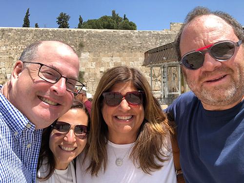 De dr. à g. : Dr Andrew Hutter et son épouse Barbara Hutter, avec Shira et Eric Lewis au Kotel