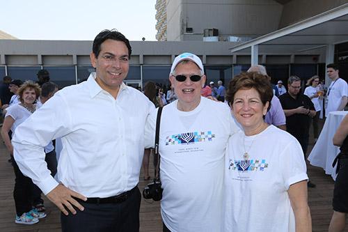 Hélène Herbstman et son époux Burt s'affichent fièrement avec Danny Danon, l'ambassadeur d'Israël aux Nations Unies