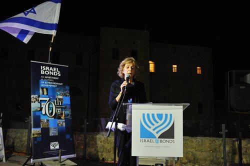 Bobbie Goldstein annonce l'ouverture officielle de la délégation du 70e anniversaire d'Israel Bonds lors du dîner inaugural à Akko (Photo : Doron Golan)