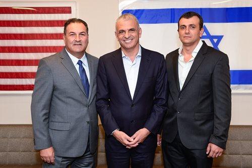 De gauche à droite : Le PDG d'Israel Bonds, Israel Maimon, accueille fièrement le ministre des Finances, Moshe Kahlon, et le directeur général du ministère des Finances, Shai Babad, au siège de l'organisation à New York, le 23 août 2018