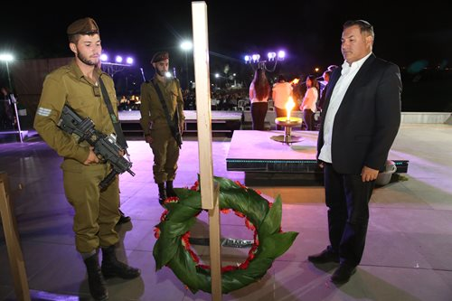Le PDG d'Israel Bonds, Israel Maimon, et son fils Jonathan déposent une couronne funéraire en hommage aux soldats de la Brigade Golani qui sacrifié leur vie pour leur pays