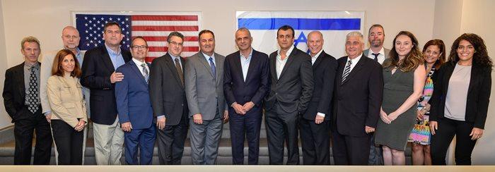 Le ministre des Finances, Moshe Kahlon, et le directeur général du ministère des Finances, Shai Babad, entourés de l'équipe de direction d'Israel Bonds