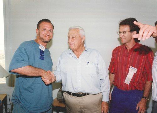 Howard Goldstein, qui a eu l'occasion de rencontrer des chefs d'État israéliens à titre de président de la division du Nouveau leadership d'Israel Bonds pour l'Amérique du Nord, serre ici la main d'Ariel Sharon.